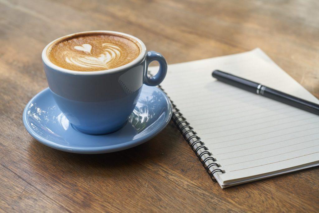 kop koffie en schrijfblok